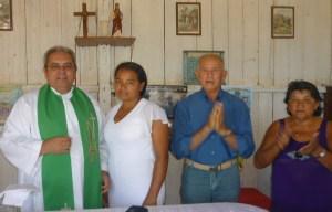 Pe. Auricélio, Marilene e os padrinhos Seu Luis Valdivino e a Dona Vitoria Araujo.